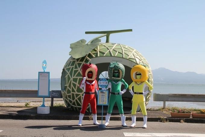 """Konagai là một thị trấn ven biển nhỏ ở tỉnh Nagasaki, từng dùng nhiều cách để thu hút du khách trong nhiều thập kỷ nhưng không mấy thành công do quá vắng vẻ. Tuy nhiên, những trạm xe buýt mang hình dáng trái cây quen thuộc vô tình được các tín đồ """"sống ảo"""" quảng bá trên mạng xã hội thời gian gần đây lại gây chú ý. Ảnh littlethings"""
