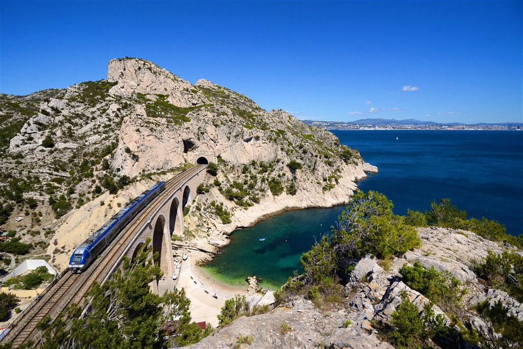 The Grand Sentier de la Côte Bleue (Pháp) là con đường kết nối cảng Marseille và Martigues ở phía nam nước Pháp. Con đường mòn ôm lấy bờ biển quyến rũ của vùng Provence-Côte d hèAzur, uốn lượn quanh các làng chài, khu nghỉ mát tại đây. Con đường đi bộ dài 62 km này được tạo thành từ 17 tuyến đường lâu đời khác.