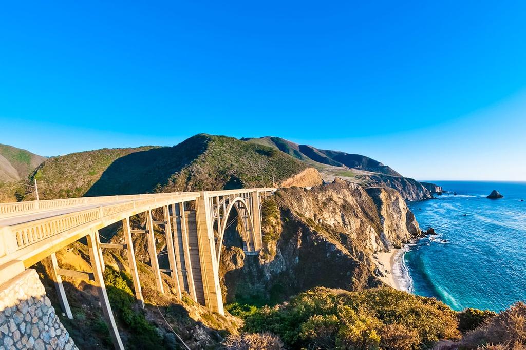 Đoạn từ Los Angeles đến San Francisco dài khoảng 650 km được xem là điểm nhấn của đường cao tốc Pacific Coast (Mỹ). Trên đường đi, bạn sẽ được chiêm ngưỡng các thị trấn ven biển và nhiều khu rừng nên thơ ở hai bên. Cung đường này cũng thử thách các tay lái với nhiều đoạn chạy men theo vách đá sát biển vô cùng ngoạn mục.