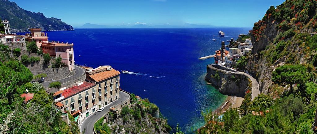 Đường ven biển Amalfi (Italy) hấp dẫn du khách bởi có ngôi làng nhiều màu sắc, núi non hùng vĩ và nước biển trong xanh. Nó cũng được lấy làm bối cảnh cho nhiều bộ phim nổi tiếng.