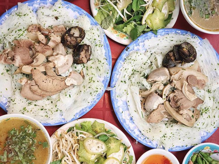 Bánh hỏi cháo lòng là món ăn sáng phổ biến của người dân địa phương. Với mức giá từ 15.000 - 35.000 đồng/ người, một số địa chỉ được gợi ý là quán Hồng Thanh số 22 Phan Bội Châu, quán Mẫn số 76A Trần Phú, quán số 146 Diên Hồng...