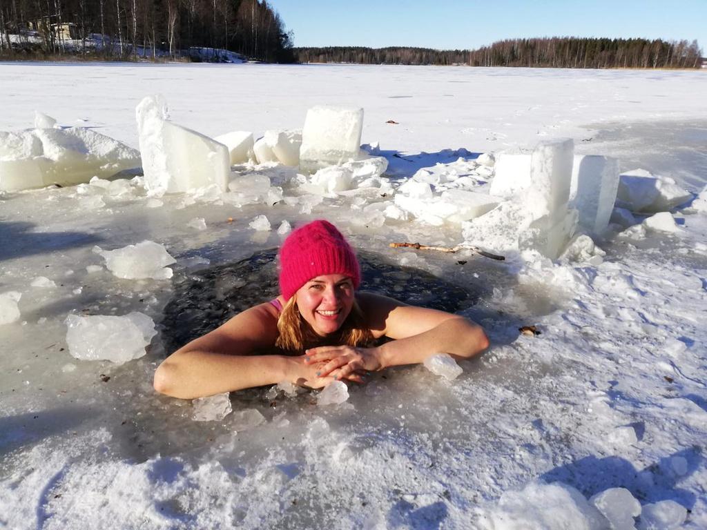 Phần Lan, quốc gia nổi tiếng với trải nghiệm bơi lội trong băng, đã được mệnh danh là quốc gia hạnh phúc nhất thế giới theo Báo cáo Hạnh phúc của Liên Hợp Quốc. Đây là năm thứ 3 liên tiếp đất nước này xếp vị trí số một trong bảng xếp hạng. Ngoài ra, Phần Lan cũng được cho là một trong những quốc gia đáng sống nhất dành cho phái nữ năm 2020 theo US News & World Report. Ảnh: Daily Mail.