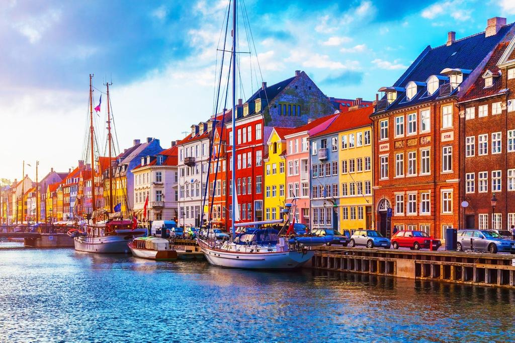 Đan Mạch là quốc gia hạnh phúc thứ 2 trên trái đất theo bảng xếp hạng của Liên Hợp Quốc. Đây cũng là đất nước đứng đầu trong bảng xếp hạng các quốc gia tốt nhất để sống và làm việc dành cho phụ nữ năm 2020. Tới đây, bạn sẽ được tham quan nhiều bãi biển đẹp, tòa lâu đài nguy nga bước ra từ cổ tích, những khu rừng nguyên sơ và quần đảo thơ mộng...