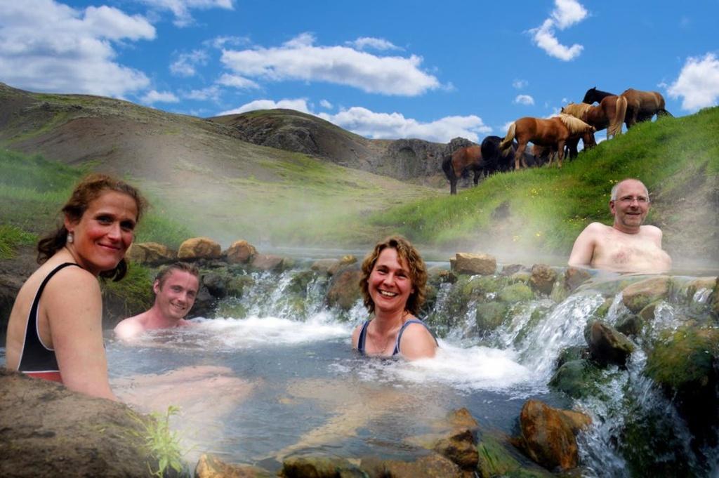 """Được mệnh danh là """"băng đảo"""", Iceland, quốc gia hạnh phúc thứ 4 thế giới, sẽ khiến bạn ngỡ ngàng trước khung cảnh hoang dã, kỳ vĩ như bước ra từ cổ tích khi mùa đông đến. Điểm đến này cũng được mệnh danh là thiên đường du lịch dành cho phụ nữ. Nhờ chú trọng vào phát triển du lịch và bảo tồn tài nguyên thiên nhiên, quốc đảo giàu có này càng ngày thu hút nhiều người ghé thăm."""