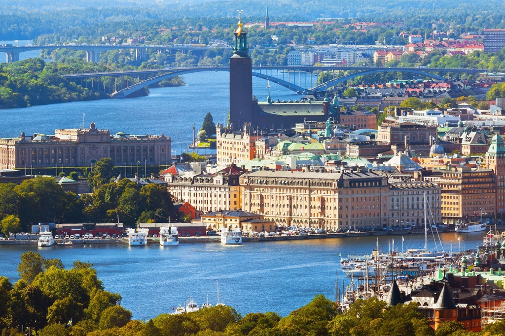Thụy Điển là quốc gia nằm trong danh sách an toàn nhất, có nguy cơ thấp về các vấn đề y tế, an ninh và an toàn đường bộ. Người Thụy Điển ít bị căng thẳng. Họ dành nhiều thời gian bên bạn bè và gia đình. Ngoài môi trường trong lành, con người thân thiện, công dân Thụy Điển cũng nhận được điều kiện sống mơ ước như phúc lợi cao, giáo dục miễn phí, giao thông phát triển...