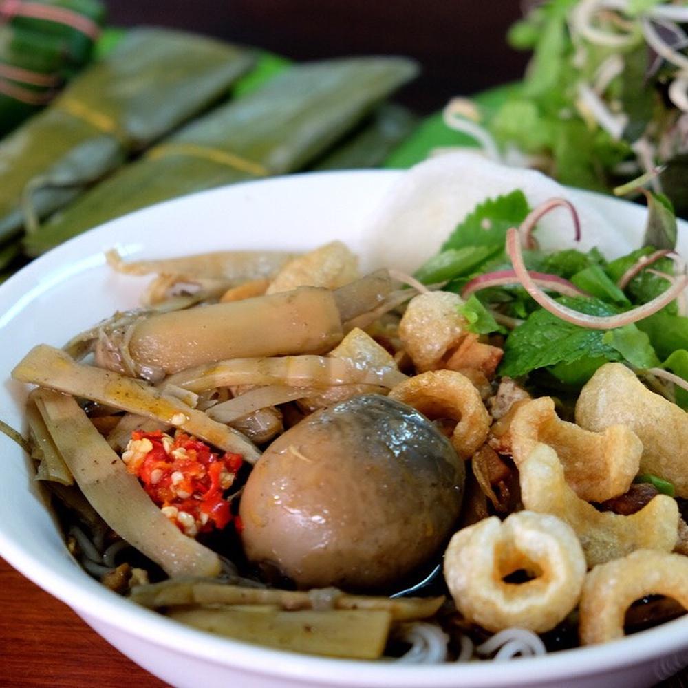 Bún cua thối là một đặc sản ở Gia Lai, có mùi vị khá đặc biệt. Với những ai chưa từng thấy, ngửi hoặc chưa ăn thì khó có thể chấp nhận món ăn này. Chính mùi vị lạ của mắm cua mà món ăn này kén người ăn hơn rất nhiều so với các loại đồ ăn khác. Khi thưởng thức, du khách ăn kèm với các loại rau sống tươi ngon như xà lách, bắp chuối, giá đỗ, rau kinh giới, rau thơm, rau ngổ... Ảnh: Cooky, Wecheckinvn.