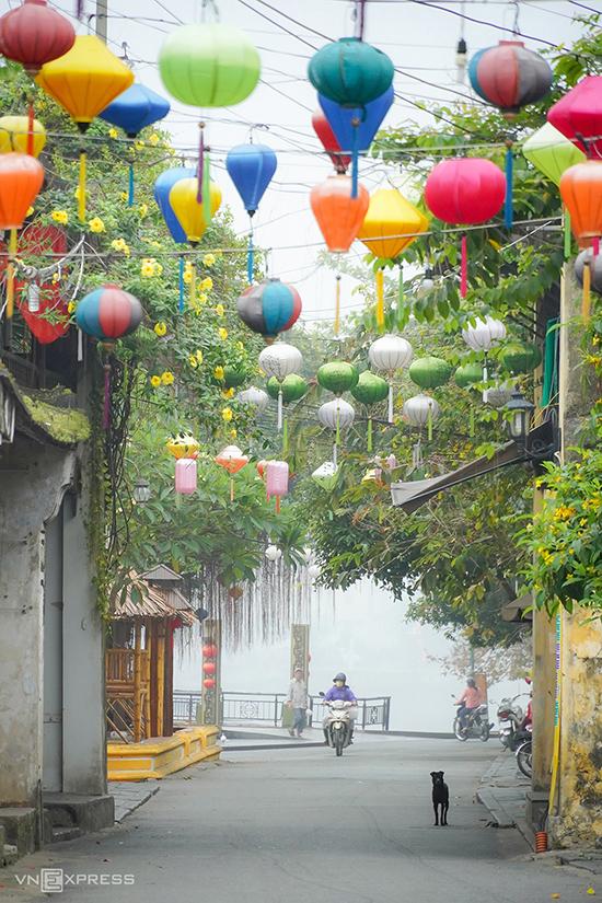 Sáng mờ sương trên đường Nguyễn Thái Học khi có đợt không khí lạnh tràn về những ngày tháng 3. Hội An có những con đường ngắn và hẹp, chạy dọc ngang theo hình bàn cờ, cứ đi hết hẻm này lại gặp hẻm khác.  Đô thị cổ Hội An được UNESCO công nhận là Di sản Văn hóa Thế giới vào năm 1999. Nơi này được tạp chí Travel & Leisure bình chọn đứng đầu 15 thành phố du lịch tốt nhất thế giới năm 2019.