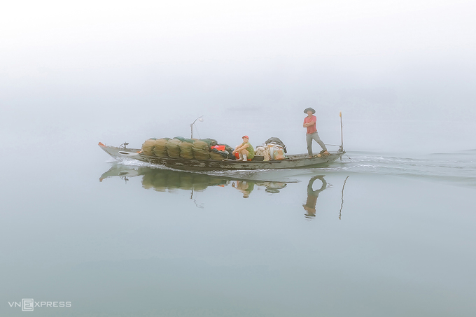 Một ghe chở ngư cụ trên mặt sông Thu Bồn.