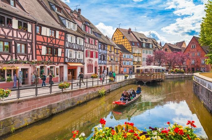 Ẩn mình giữa những chân đồi trồng nho của dãy núi Vosges, vùng Alsace, đông bắc nước Pháp, Colmar là một trong những thị trấn Trung Cổ được bảo tồn tốt nhất châu Âu.  Colmar nằm cách thành phố Strasbourg khoảng 70 km và giáp biên giới Đức. Thị trấn cũng nằm trên tuyến đường sắt chính từ Strasbourg đến Besel, Thụy Sĩ.  Được thành lập vào năm 884 bởi hoàng đế Charles III (Charles The Fat), đế quốc Carolingian. Trong lịch sử, Colmar từng thuộc sở hữu của Thụy Điển, Đức.  Trong thế chiến thứ 2, các khu vực lân cận bị ném bom và tàn phá, tuy nhiên Colmar vẫn được giữ nguyên vẹn. Cho tới năm 1945, nơi đây mới chính thức là một phần của Pháp. Mặc dù có lịch sử nhiều biến động với chiến tranh, hỏa hoạn, các tòa nhà ở Colmar vẫn giữ được vẻ đẹp cổ kính cho tới ngày nay. Ảnh: Canadastock/Shutterstock.