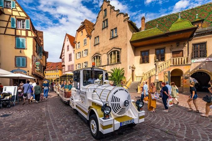 """Lang thang trên đường phố, nhiều du khách ngỡ như lạc bước vào những câu chuyện cổ tích thời ấu thơ. Blogger du lịch người Anh, Lucy viết """"Những ngọn tháp cao có thể là nơi nàng Rapunzel buông mái tóc dài qua cửa sổ, còn các ngôi nhà nhỏ tựa như nơi ở của 7 chú lùn"""". Ảnh: Daliu."""