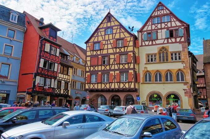 Điểm tham quan đầu tiên là Maison Adolph, kiến trúc cổ nhất trong thị trấn, được xây dựng vào khoảng năm 1350. Ngôi nhà ảnh hưởng kiến trúc Gothic, với cửa mái vòm nhọn, mang phong cách Đức. Tầng thứ 3 và tường nửa gỗ ở mái nhà được xây dựng thêm vào thế kỷ 16. Ảnh: Roman Babakin.