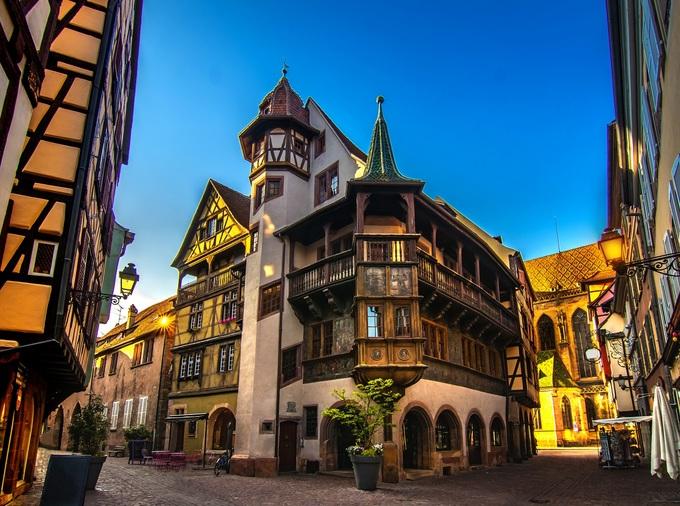 Ngôi nhà Pfister xây dựng vào năm 1537 và chủ nhà là thợ săn Ludwig Scherer. Nhà góc 2 tầng, phòng trưng bày gỗ, tháp pháo hình bát giác và những bức tranh tường thể hiện những hình ảnh trong Kinh Thánh. Tên Pfister được đặt theo một gia đình đã cải tạo ngôi nhà và sống ở đó từ năm 1841 đến 1892. Ảnh: Walter Weiss/Shutterstock.