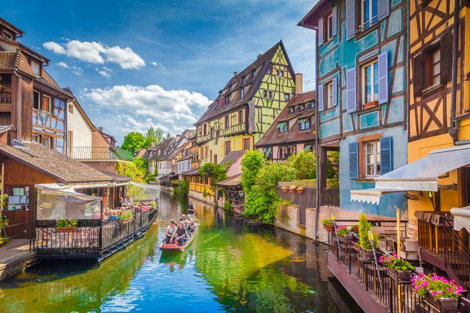 """""""Viên ngọc quý"""" của thị trấn là quận Petit Venice, được mệnh danh là Venice nhỏ của nước Pháp. Con kênh ngắn, êm đềm chảy qua khu phố. Hai bên bờ kênh trồng cây xanh và các loài hoa nhiều màu sắc. Một số tòa nhà ở đây có từ thế kỷ 14.  Ở đây có tour ngồi thuyền, ngắm cảnh trên kênh. Mỗi chuyến đi kéo dài 25 phút và người lái thuyền sẽ thuyết minh, giới thiệu về lịch sử, câu chuyện của thị trấn. Thuyền khởi hành dưới chân cầu Saint-Pierre, giá 7 EUR (185.000 đồng) một người, miễn phí cho trẻ dưới 10 tuổi. Ảnh: Canadastock/Shutterstock."""