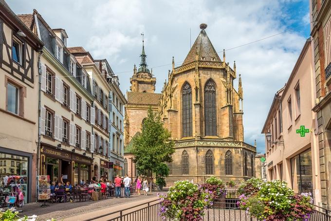 Thị trấn còn nhiều điểm tham quan khác như nhà thờ Thánh Matthew, nhà thờ Dominica, nhà thờ Thánh Martin với kiến trúc Gothic Trung Cổ.  Ngoài ra, khách có thể thăm bảo tàng lịch sử Unterlinden có khoảng 7.000 cổ vật, tranh ảnh về lịch sử của vùng Alsace. Ảnh: Milosk50.