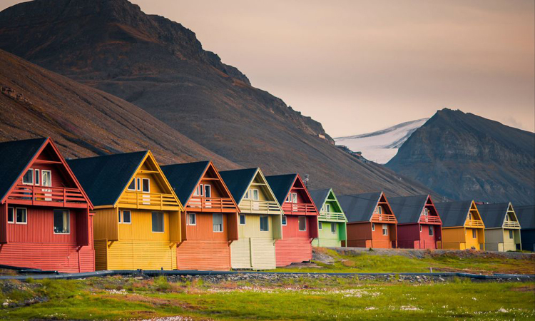 Điểm thu hút của thị trấn Bắc Cực này là những ngôi nhà đầy màu sắc và Bắc cực quang. Ảnh: Kayak.