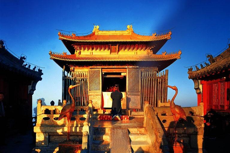 Trong đó, tòa Kim Đỉnh nằm tại nơi cao nhất Võ Đang là công trình cổ nhất của khu vực này, được làm bằng gỗ khung đồng, với các bức tượng chạm khắc tuyệt đẹp. Ảnh: Chinadiscovery.
