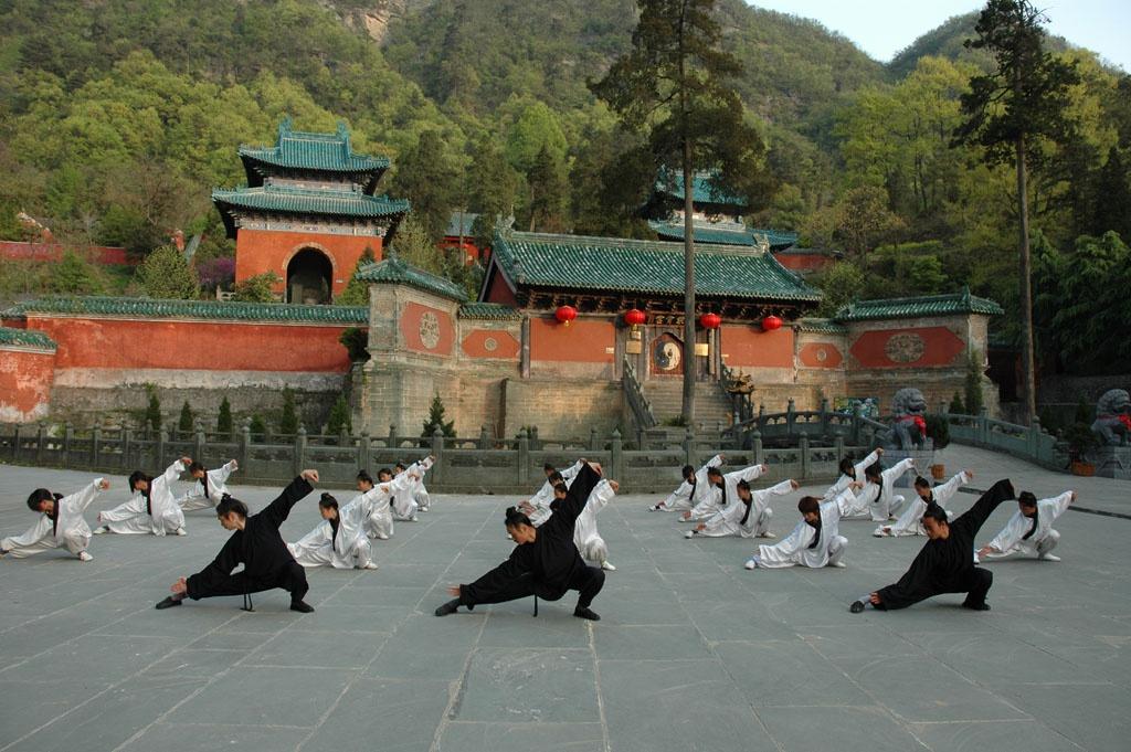 Đặc biệt, khu vực núi Võ Đang còn có nhiều lò võ, cung cấp chương trình học ngắn hạn, từ một tháng tới một năm, cho du khách tìm hiểu về lịch sử, văn hóa và học các động tác võ thuật. Ảnh: Confusianmag.
