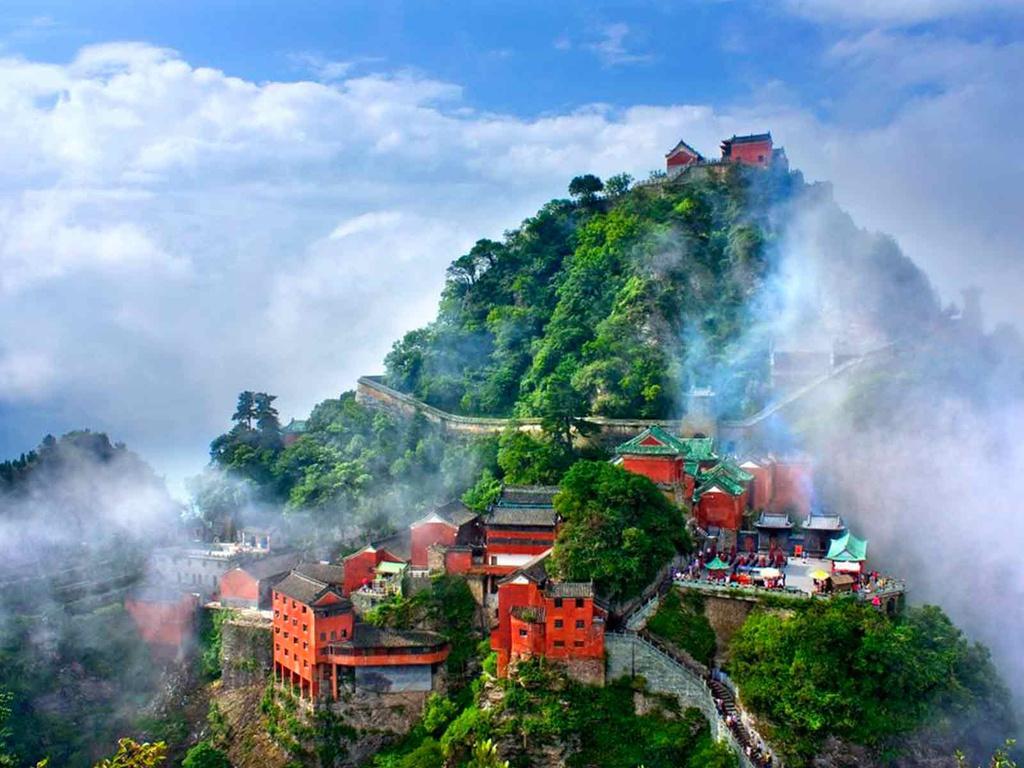 Trải rộng trên diện tích 312 km2, khu danh thắng phức hợp Võ Đang không chỉ có phong cảnh thiên nhiên tuyệt đẹp mà còn chứa đựng các di tích lịch sử, đền đài ấn tượng. Ảnh: Chinadaily.