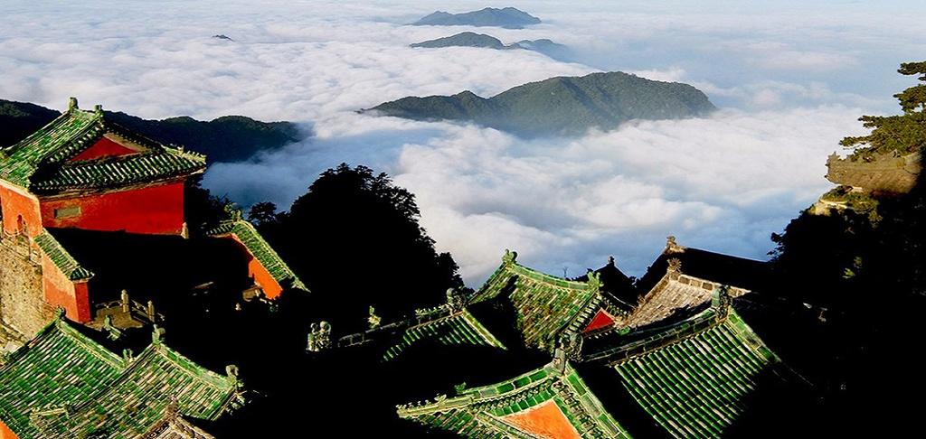 Đặc biệt, vào một số ngày, du khách có thể thấy biển mây bao phủ quanh núi. Ảnh: Chinavoyages.