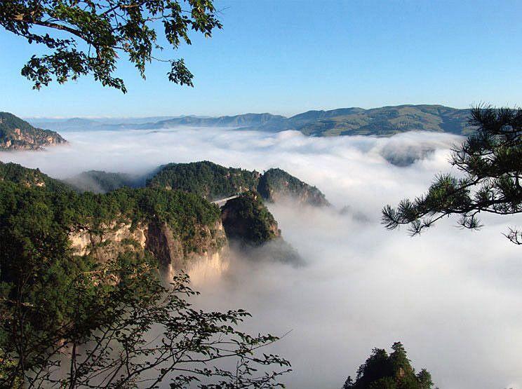 Với độ cao 1.612 m, núi Võ Đang có 72 đỉnh, 36 vách đá, 24 dòng suối và nhiều điểm ngắm cảnh ngoạn mục. Ảnh: Wudangwest.