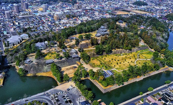 """Matsue (Shimane, Nhật Bản) là lâu đài còn sót lại duy nhất ở khu vực Sanin trên bờ biển phía Tây Nhật Bản.  Đây còn được gọi là """"lâu đài Chidori"""" bởi phần mái giống như con chim đang dang rộng cánh. Nằm ở địa thế trung tâm, tọa lạc trên đỉnh một quả đồi cao có thể bao quát bốn bề. Đây là một trong 12 lâu đài tại Nhật Bản vẫn giữ được kiến trúc cho dù chiến tranh, thời gian và thiên tai tàn phá."""