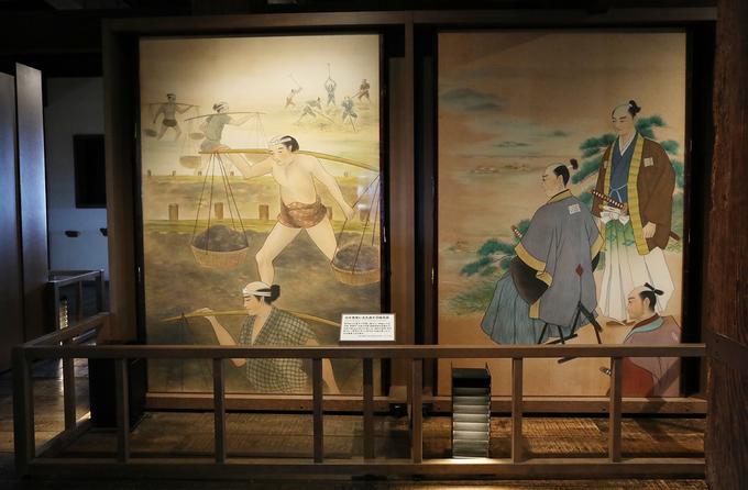 Những bức tranh về lịch sử hình thành xây dựng và bảo vệ lâu đài được trưng bày.