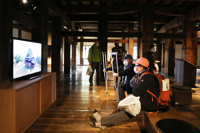 Khu vực trình chiếu về lịch sử, các đợt trùng tu của lâu đài để du khách hiểu hơn về điểm đến. Hàng năm lâu đài Matsue đón cả triệu khách du lịch đến tham quan, đặc biệt là mùa xuân khi hoa anh đào nở.  Năm 1935 nơi đây được chứng nhận là Kho báu quốc gia. Do sự thay đổi trong đạo luật bảo tồn di tích văn hóa, lâu đài được chỉ định thành di tích văn hóa quan trọng vào năm 1950. Nhưng đến 2015, một lần nữa lại được đổi thành Kho báu quốc gia.
