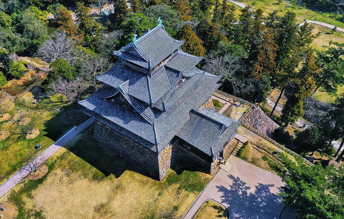 Sau trận chiến Sekigahara ở Keicho (1600), Tadamin Horio và cha của ông nhìn thấy vùng đất Matsue từ đài quan sát Kanzan (Tokohayama) và đưa ra kết luận, nơi này thích hợp để xây dựng một tòa lâu đài. Matsue được xây dựng vào năm 1607, hoàn thành năm 1611.