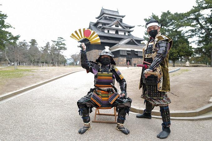 """Hình ảnh biểu tượng xuất hiện bên lối vào là võ sĩ Samurai, đây được xem là những """"quý tộc"""" trong quân đội Nhật Bản xưa. Những võ sĩ Samurai đầu tiên xuất hiện từ thời trung cổ ở Nhật Bản. Tinh thần võ sĩ đạo là giá trị vô hình để lại trong đời sống văn hóa truyền thống Nhật Bản."""