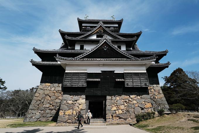 Tòa lâu đài năm tầng làm bằng gỗ được đặt trên một phần móng kiên cố ghép bằng đá tảng, có cấu trúc như một tháp canh, đỉnh tháp là nơi đặt các khẩu pháo, súng bắn đá, cung tên...
