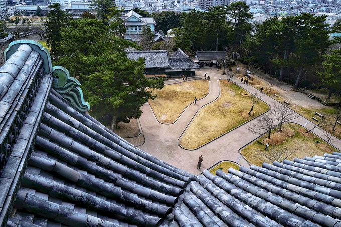 Lâu đài bao gồm một tháp pháo gắn ở phía trước, với cấu trúc nhìn toàn cảnh, sử dụng tấm ván đen dày và tường đá. Tầng trên cùng nay trở thành vọng cảnh đài, là nơi du khách có thể ngắm nhìn cảnh quan thành phố Matsue.