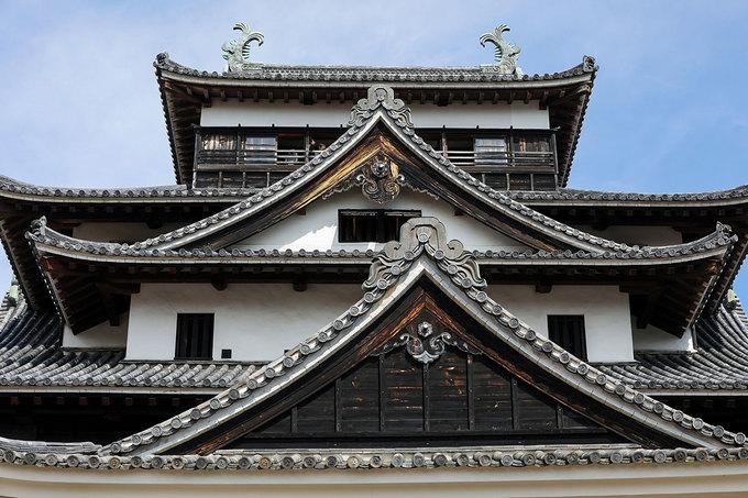 Lâu đài Matsu là một cấu trúc phức hợp với 4 phần, 5 tầng và một tầng hầm, chiều cao 30m. Vào năm 1888, nơi đây được sửa chữa một phần, chi phí lấy từ tiền bán vé tham quan.  Tháng 8/1892 lâu đài bị tàn phá nặng nề bởi bão, sau đó một cuộc đại tu diễn ra và hoàn tất vào năm 1894 nhờ sự đóng góp của người dân Matsue. Dù được bảo trì và sửa chữa nhiều lần kể từ khi được xây dựng song lâu đài vẫn duy trì nguyên vẹn vẻ ban đầu cho tới ngày nay.