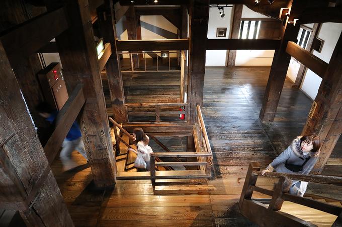 Kết cấu khung gỗ là kiến trúc xây dựng đặc biệt thời đấy, trong đó sử dụng nhiều trụ cột trải rộng các tầng được gia cố bằng các tấm gỗ thông hoặc cố định bằng kết cấu sắt.