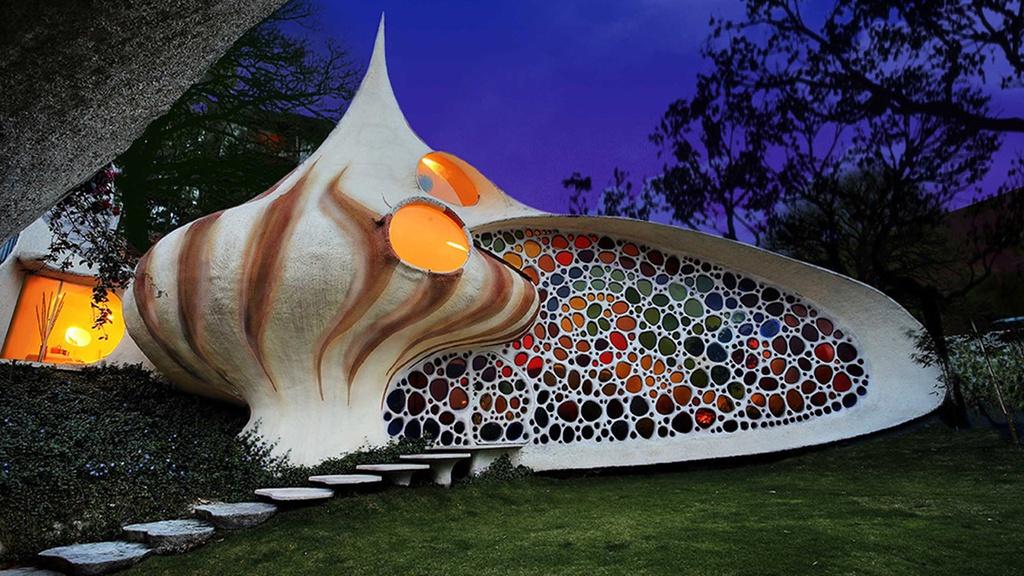 2. Nhà ốc, Mexico: Tác phẩm kiến trúc này do Javier Senosiain thiết kế và được xây dựng ở Naucalpan de Juarez. Ngôi nhà được hoàn thiện vào năm 2016. Bên cạnh yếu tố hình dạng độc đáo của căn nhà, bức tường nhiều màu sắc tạo hiệu ứng cầu vồng cũng là điểm hút khách tới tham quan. Ảnh: Homereview.