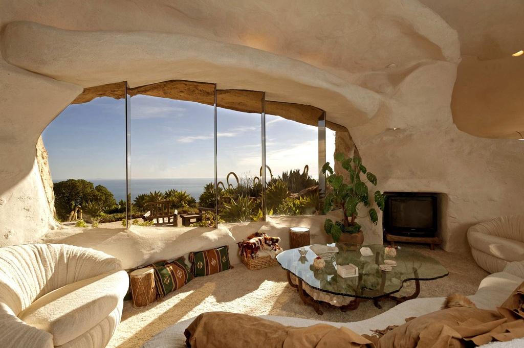 """3. Nhà Flintstone, Mỹ: Nằm ở Malibu, bang California, nơi đây có vẻ ngoài giống như ngôi nhà ở thời kỳ đồ đá. Công trình được lấy cảm hứng từ ngôi nhà của một nhân vật hoạt hình trong phim """"Gia đình Flimtstone"""" nổi tiếng. Từ ngôi nhà, du khách vừa có thể ngắm nhìn những ngọn đồi xanh mát, vừa được chiêm ngưỡng đại dương trong xanh. Ảnh: Orangesmile."""