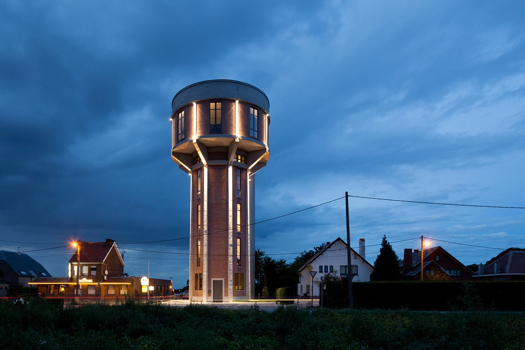 5. Old Water Town, Bỉ: Tháp nước này được xây dựng từ năm 1941 và đã hoạt động cho đến những năm 1990. Một thời gian sau đó, nơi đây phục vụ như một tháp ngắm cảnh thành phố. Tuy nhiên, vào năm 2007, tháp nước cũ này đã được Bham Design Studio cải tạo hoàn toàn thành nhà ở cho gia đình. Ảnh: Orangesmile.