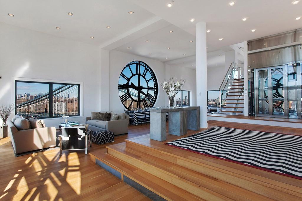 6. Căn hộ mái trên tháp đồng hồ Brooklyn, Mỹ: Căn hộ 600 m2 thuộc tòa nhà Brooklyn Clock Tower, có kiến trúc độc đáo và cao cấp. Bốn bức tường được bao quanh bởi những mặt đồng hồ khổng lồ và hướng ra 3 thành phố lớn Manhattan, Brooklyn, Queens. Ảnh: Newyorkpost.