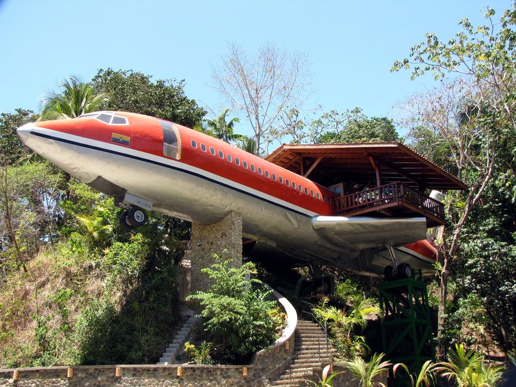 7. Khách sạn Costa Verde, Costa Rica: Chiếc máy bay Boeing 727 bị hỏng từ năm 1965, đã được sửa chữa để trở thành khách sạn Costa Verde với đầy đủ dịch vụ cao cấp. Máy bay này được đặt ở độ cao khoảng 15 m so với mặt đất. Nhờ vậy, du khách có thể ngắm trọn vẹn vẻ độc đáo của vườn quốc gia Manuel Antonio xinh đẹp. Ảnh: Uniqhotel.
