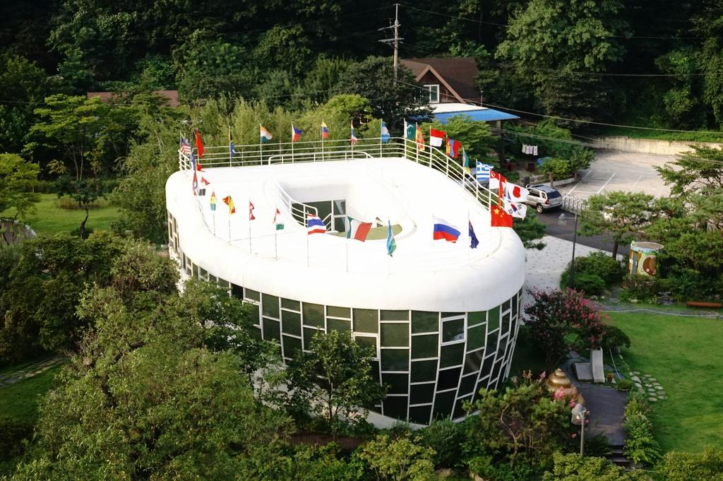 """8. Công viên Toilet, Hàn Quốc: Từ một ngôi nhà riêng của thị trưởng thành phố Suwon, chiếc """"toilet khổng lồ"""" trở thành bảo tàng vào năm 2009, sau đó là công viên vào năm 2012. Khách tham quan được khuyến khích tự do khám phá các bức tượng điêu khắc và bắt chước những động tác hài hước ở đây. Ảnh: Savoring."""