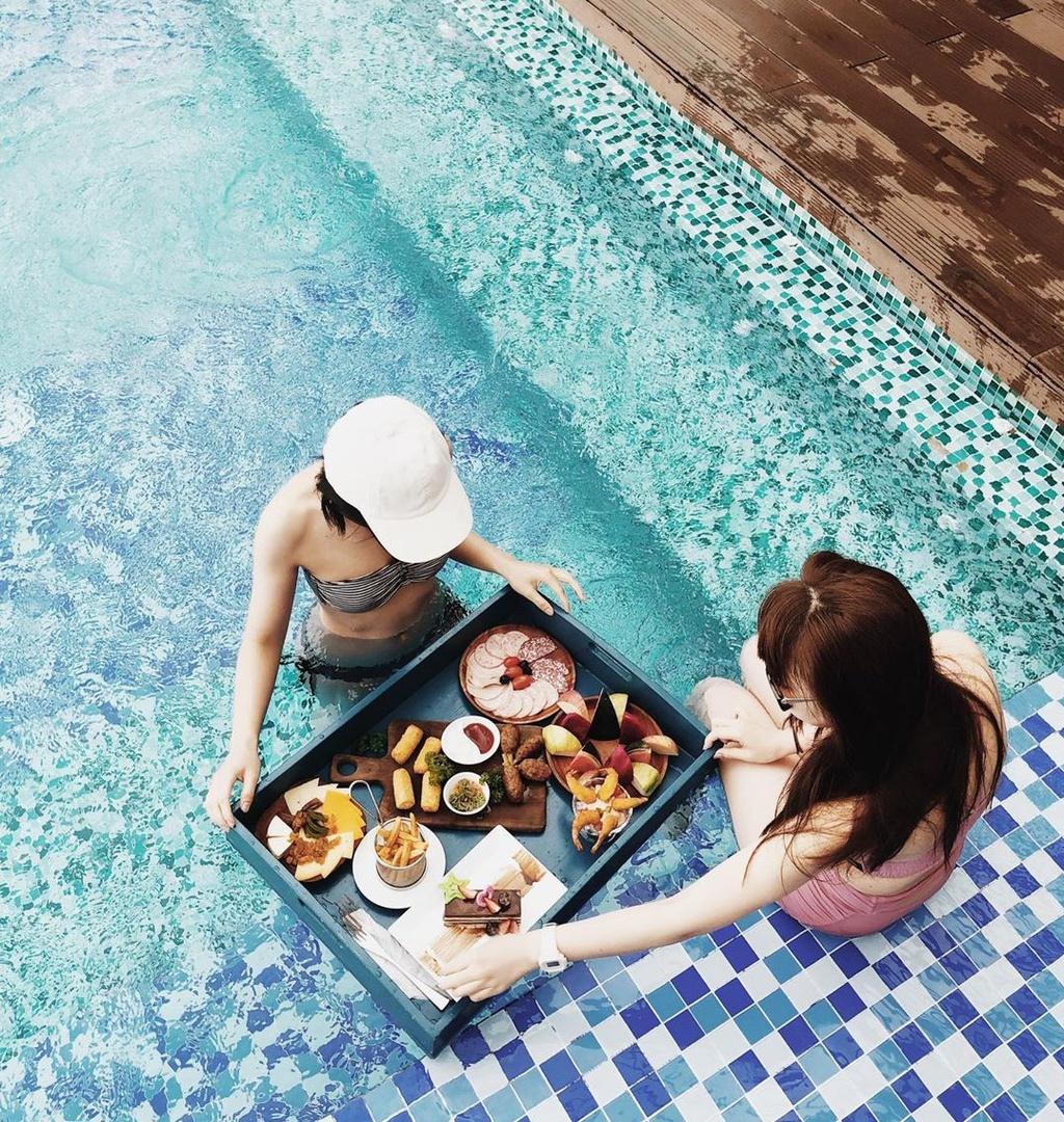 """Du khách Mai Lan từng có thời gian nghỉ dưỡng tại đây chia sẻ: """"Mình rất thích những bữa sáng dưới nước ở HAIAN Beach Hotel Spa. Các set đồ ăn được chuẩn bị chu đáo, trang trí đẹp mắt, là công cụ chụp hình xịn sò"""". Ảnh: ygygaiai."""