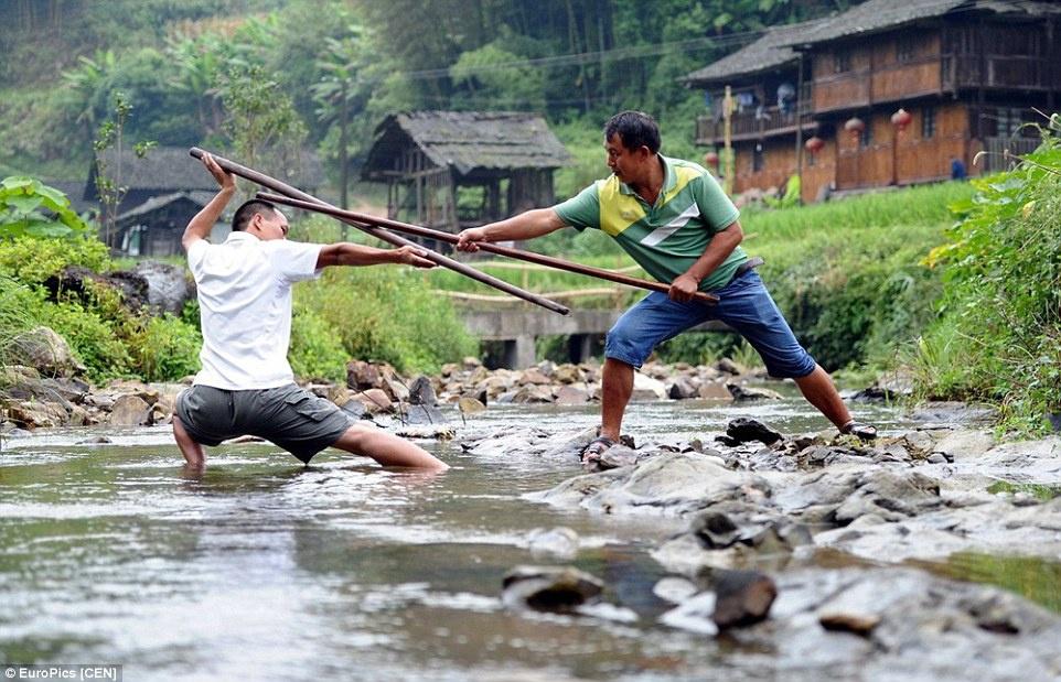 Làng kungfu: Nằm sâu trong núi ở Thiên Trụ, tỉnh Quý Châu, làng Guaxi Dong là nơi sinh sống của người dân tộc Đồng. Điều đặc biệt là tất cả cư dân trong làng, từ người già tới trẻ con, cả nam và nữ đều biết võ kungfu. Ảnh: Kungfu Magazine.