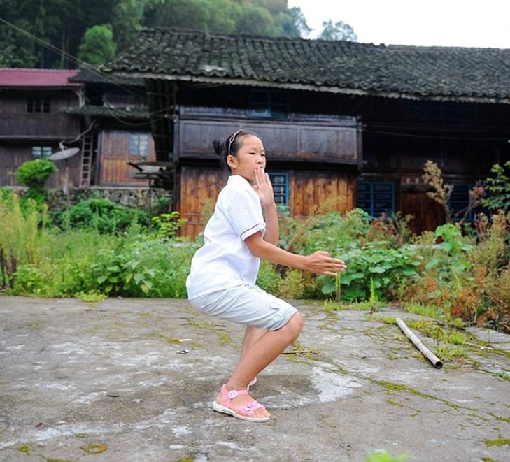 Tương truyền, trước kia người dân nơi đây học võ để đánh đuổi thú dữ, bảo vệ ngôi làng. Dần dần, điều này trở thành một nét văn hóa truyền thống, được truyền theo các thế hệ. Hàng ngày, dân làng tự tập luyện và giao đấu với nhau, các em bé cũng được cho học võ từ khi còn nhỏ. Ảnh: Daily Mail.