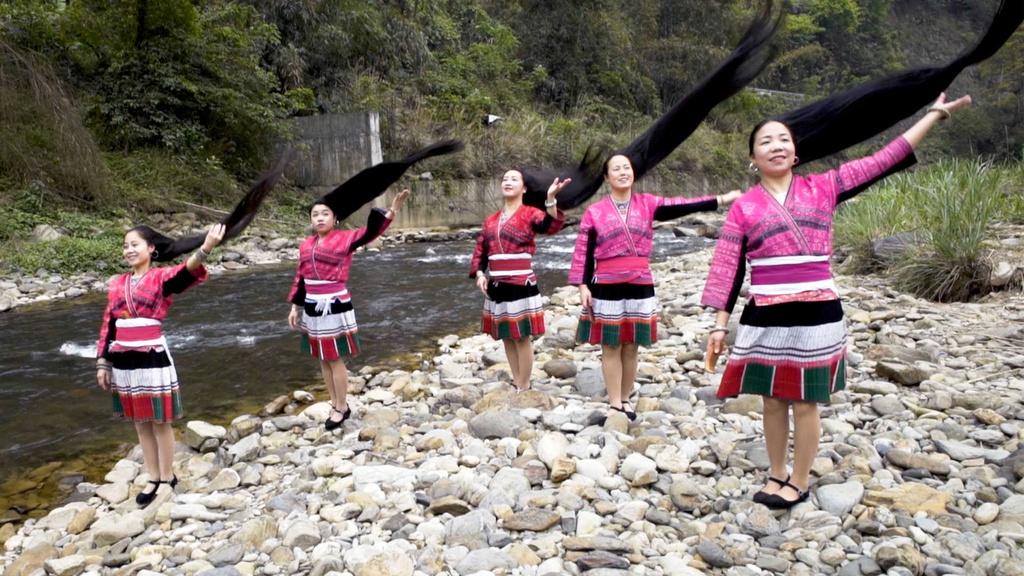 Làng tóc dài: Ngôi làng của người Dao ở tỉnh Quảng Tây được mệnh danh là vùng đất của Rapunzel ngoài đời thực. Phụ nữ trong làng nuôi tóc dài đến 1,5 m và cả đời chỉ cắt tóc một lần vào tuổi 17. Ảnh: Imgur.