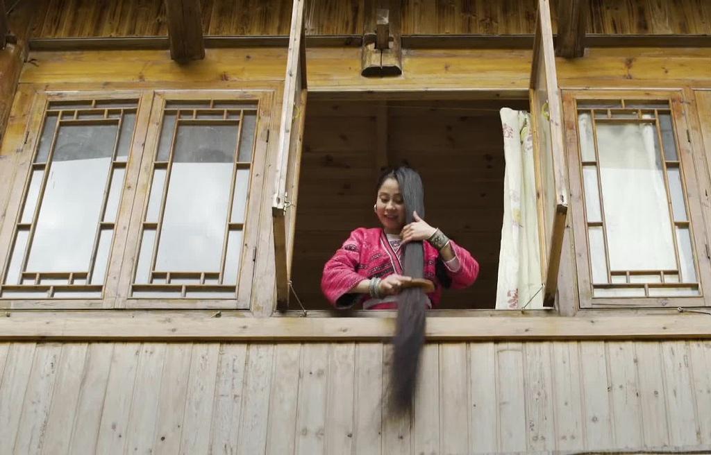 Phong tục này đã có từ 3.000 năm trước. Phụ nữ giữ tóc sạch và đen nhánh nhờ gội đầu bằng nước đun từ vỏ bưởi, thảo mộc, lá trà và nước gạo lên men. Tất cả đều rất tự hào về mái tóc của mình. Ảnh: Greatbigstory.
