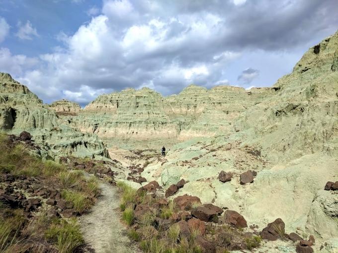 Blue Basin thuộc bang Oregon, Mỹ khiến bạn có cảm giác như lạc vào một bức tranh sơn dầu. Những vách đá phát ra màu xanh lục như phấn. Sắc xanh thay đổi theo giờ tùy thuộc vào ánh sáng mặt trời, có lúc xanh thẫm, có lúc xanh nhạt. Đặc biệt, lúc sáng sớm hay hoàng hôn, cảnh tượng ở đây như được một họa sĩ tưới từng xô sơn màu xanh lá lên hẻm núi đá khô cằn.