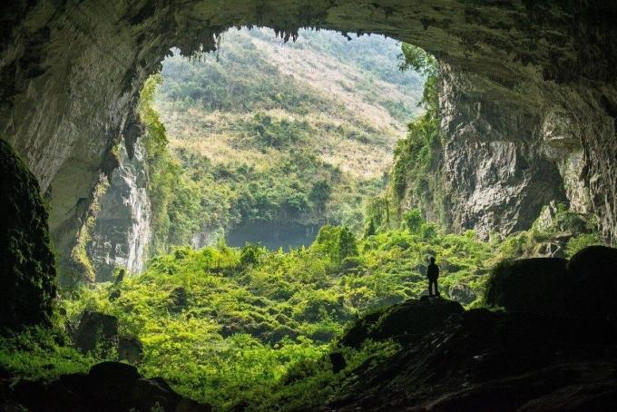 Vườn Quốc gia Phong Nha - Kẻ Bàng ở Quảng Bình (Việt Nam), mà đặc biệt là hang Sơn Đoòng và hang Én, là những hang động có sức hấp dẫn đối với người mê du lịch mạo hiểm khắp thế giới. Đây là hang động lớn nhất và thứ 3 thế giới, chứa đựng nhiều điều thú vị về thiên nhiên. Xuống những miệng hang to, du khách như lạc về thời tiền sử với cảnh rừng đẹp mê người.