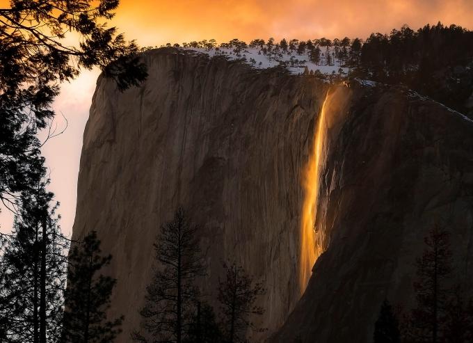 Suối Horsetail Fall thuộc công viên Yosemite (Mỹ) đón hàng triệu lượt du khách ghé thăm hàng năm. Đây vốn là dòng thác nhỏ, nhưng đặc biệt ấn tượng vào lúc hoàng hôn, khi ánh mặt trời chiếu lên vách đá khiến nó trông như dòng chảy của nham thạch hay kim loại nóng chảy từ trên đỉnh Glacier.