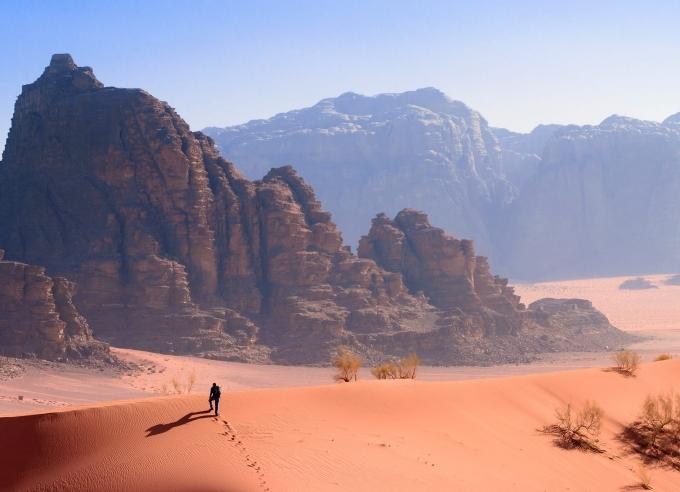 Wadi Rum (Jordan) thường được sử dụng làm bối cảnh sao Hỏa trong các bộ phim khoa học viễn tưởng. Các hẻm núi đá sa thạch ở Wadi Rum tạo cảm giác như nó không giống bất kỳ địa chất, địa hình nào trên trái đất. Bên cạnh đó, hệ thực vật hoang dã, những dòng chữ cổ có niên đại khoảng 2 thiên niên kỷ khắc trên vách đá khiến thời gian ở đây như ngừng lại.