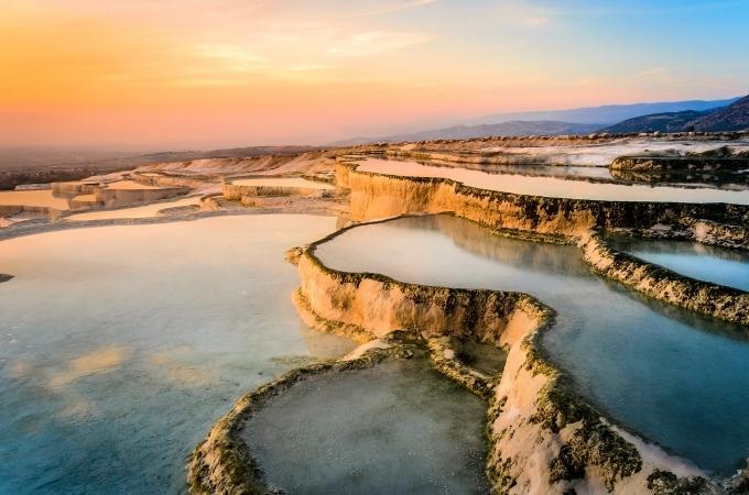 Pamukkale (Thổ Nhĩ Kỳ) là một tổ hợp suối nước nóng tự nhiên nằm trong thung lũng sông Menderes. Nơi đây nổi tiếng với 17 suối nước nóng được hình thành bởi đá vôi chứa nhiều muối khoáng cabonat nên cho màu nước xanh ngọc bích đẹp mắt. Nó không chỉ là điểm du lịch nghỉ dưỡng, mà còn là nơi cho bạn chụp hàng trăm bức ảnh đẹp với nhiều góc độ khác nhau. Thời điểm hơi nước bốc lên, khiến nó như lâu đài bông gòn, cũng là ý nghĩa của tên gọi Pamukkale trong tiếng địa phương.
