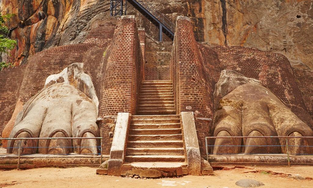 """1. Sigiriya Lion's Rock, Sri Lanka: Đây là một pháo đài đá cổ nằm ở Dambulla. Di tích này được xây dựng trên ngọn núi đá khổng lồ cao gần 200 m, tương đương 1.200 bước leo. Nơi đây còn được mệnh danh là kỳ quan thứ tám của thế giới và thuộc """"Tam giác vàng văn hóa"""" ở Sri Lanka. Địa điểm này cũng là một trong những Di sản Thế giới được UNESCO giữ gìn và bảo tồn. Ảnh: Dreamstime."""